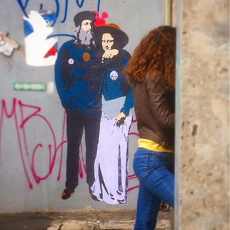 Leonardo Da Vinci abbraccia la sua Gioconda, murale di Tvboy in via Carducci, ormai ricoperto